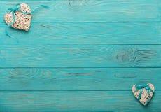 Декоративное плетеное сердце серого цвета с голубой лентой на wo Стоковые Изображения