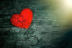 Декоративное сердце на темной деревянной предпосылке с ярким белым светом от окна Стоковые Фотографии RF