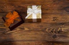 2 декоративно в оболочке подарка на деревянном столе стоковые изображения