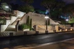 Декоративно украшенная стена около строба верхнего входа к саду Bahai на улице Yefe Nof в Хайфе стоковые фото