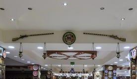 Декоративно украшенные старые корокоствольные оружия висят на стене в магазине обочины около города Kerak в Джордан стоковое фото