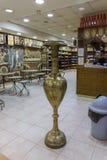 Декоративно украшенный большой медный сосуд в магазине обочины около города Kerak в Джордан стоковые фото