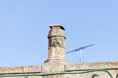 Декоративно украшенный камин на крыше дома около ворот льва в Иерусалиме, Израиле стоковое изображение rf