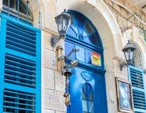 Декоративно украшенный колокол около парадного входа в еврейском квартале в старом городке Safed стоковое фото