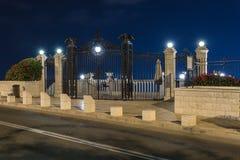 Декоративно украшенный строб с фонариками и декоративными орлами - верхним входом к саду Bahai на улице Yefe Nof внутри стоковые фотографии rf