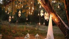 Декоративные античные электрические лампочки вися в древесинах, стеклянный фонарик нити стиля edison, сад украшения лампы на сток-видео