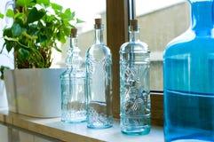 Декоративные бутылки от синего стекла на windowsill Стоковое фото RF
