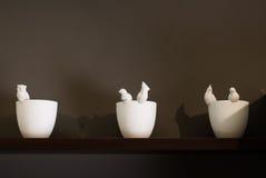 Декоративные вазы на деревянной полке против стены, Стоковые Фото
