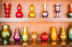 Декоративные вазы на деревянной полке Стоковые Изображения