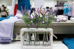 Декоративные вазы с цветками лаванды Стоковое фото RF