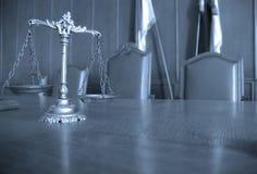 Декоративные весы правосудия в зале судебных заседаний стоковое фото rf