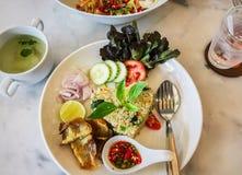 Декоративные жареные рисы с кудрявыми рыбами на белизне plat Стоковое Изображение RF