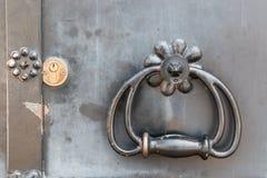Декоративные и структурные элементы закрепления и орнаментальный дверей стоковые фото