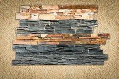 Декоративные камни на заштукатуренной стене стоковые изображения rf