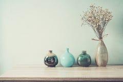 Декоративные керамические вазы на деревянном столе Стоковые Фотографии RF