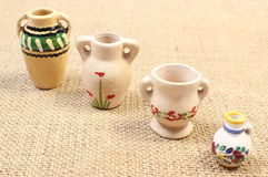 Декоративные керамические вазы на холсте джута Стоковое Фото