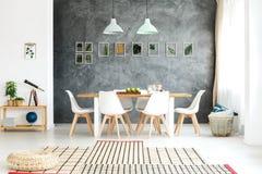 Декоративные листья на стене Стоковая Фотография