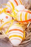 Декоративные пасхальные яйца, на деревенском деревянном столе стоковая фотография rf