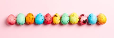 Декоративные пасхальные яйца на предпосылке цвета, космосе для текста стоковые изображения