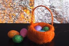 Декоративные пасхальные яйца в корзине, Стоковое Изображение