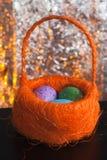 Декоративные пасхальные яйца в корзине, Стоковые Изображения RF