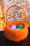 Декоративные пасхальные яйца в корзине, Стоковые Фотографии RF