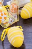 Декоративные пасхальные яйца, на деревенском деревянном столе стоковые изображения