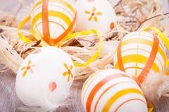 Декоративные пасхальные яйца, на деревенском деревянном столе стоковое фото rf