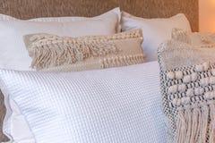 Декоративные подушки на кровати в спальне Стоковые Изображения RF
