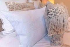 Декоративные подушки на кровати Стоковые Фотографии RF