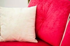 Декоративные подушки на красной софе Стоковые Фотографии RF