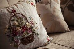 Декоративные подушки на кровати Стоковое фото RF