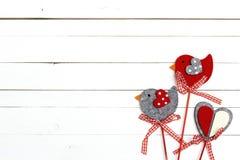 Декоративные романтичные птицы на белой деревянной предпосылке Стоковое Фото