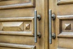 Декоративные ручки металла старой деревянной двери Стоковое фото RF