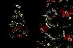Декоративные света рождественской елки в темноте стоковые изображения