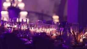 Декоративные свечи на обеденном столе, стеклах и свечах на таблице, белом стекле рождества candleswith воска сток-видео