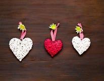 Декоративные сердца на деревянной предпосылке декор праздничный скопируйте космос стоковое изображение