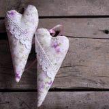 Декоративные сердца на винтажной деревянной предпосылке Стоковое Изображение RF