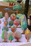 Декоративные сувениры как яркие varicoloured деревья на полках улицы сувенирного магазина стоковое фото