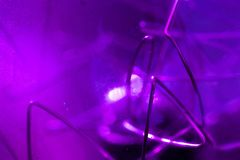 Декоративные фиолетовые части лампы вольфрама, макрос стоковое изображение rf