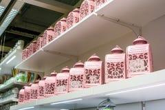 Декоративные фонарики металла для свечи в магазине стоковое фото
