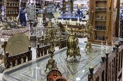Декоративные часы и подсвечники стоят на декоративно украшенном обеденном столе в магазине обочины около города Kerak в Джордан стоковые фото
