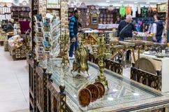 Декоративные часы и подсвечники стоят на декоративно украшенном обеденном столе в магазине обочины около города Kerak в Джордан стоковая фотография rf