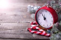 Декоративные часы, тросточки конфеты и дерево меха ветвей на постаретый сватают Стоковые Изображения