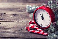 Декоративные часы, тросточки конфеты и дерево меха ветвей на постаретый сватают Стоковое фото RF