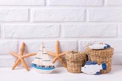 Декоративные шлюпка, fishs и морские звезды игрушки на белом деревянном backgr Стоковые Изображения