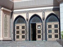 Декоративные элементы арабской архитектуры двери Дубай стоковая фотография