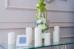 Декоративные unlit свечи в ресторане Стоковые Фотографии RF