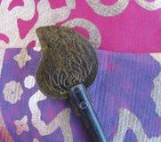 Декоративный античный восточный ключ на пурпуре и фуксии текстурировал бумагу с металлической картиной Стоковые Фотографии RF