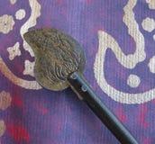 Декоративный античный восточный ключ на фиолетовой текстурированной бумаге с металлической картиной Стоковое Фото